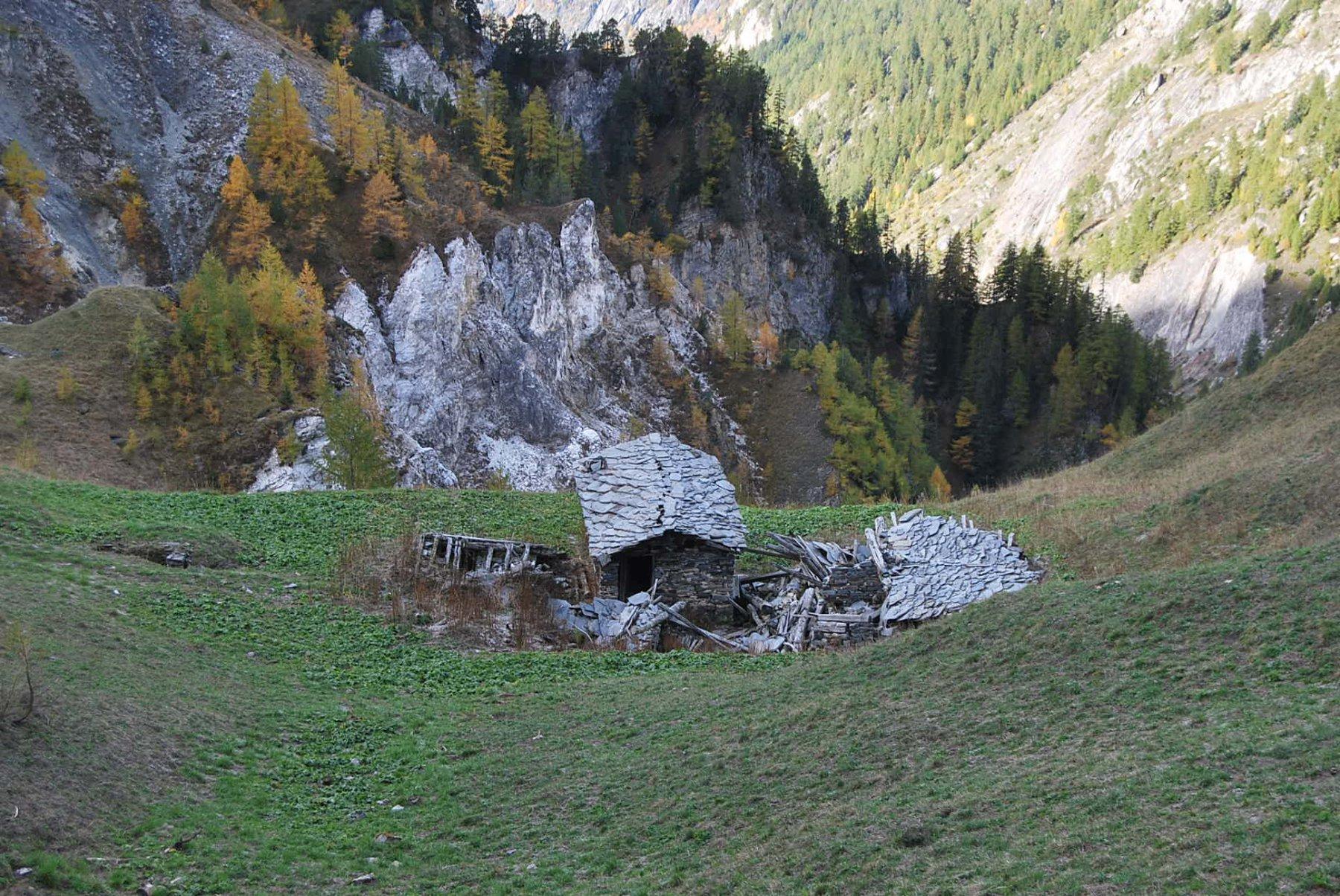 I ruderi dell'Alpeggio del Curru, sotto il colle