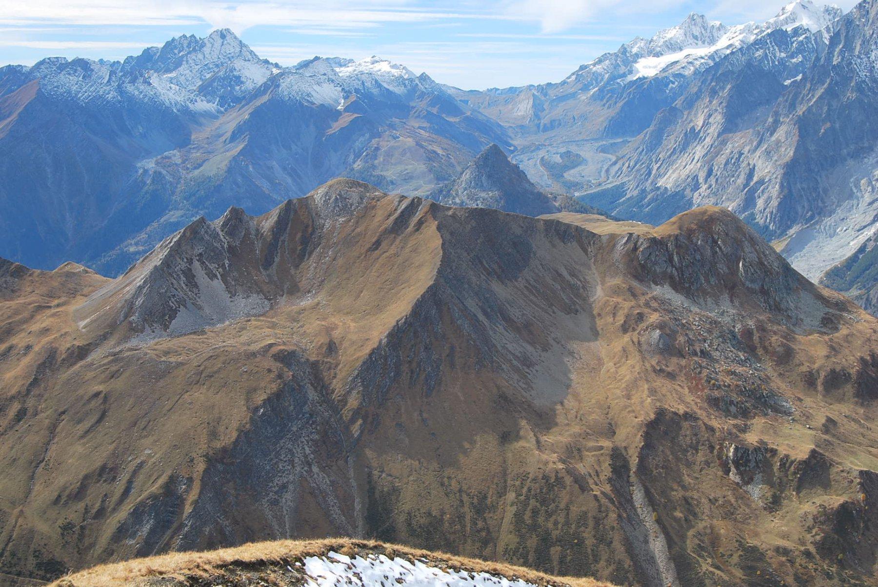Immagine a ritroso: il Col Sapin e la Tete de la Tronche toccati in precedenza visti dalla Tete entre Deux Sauts