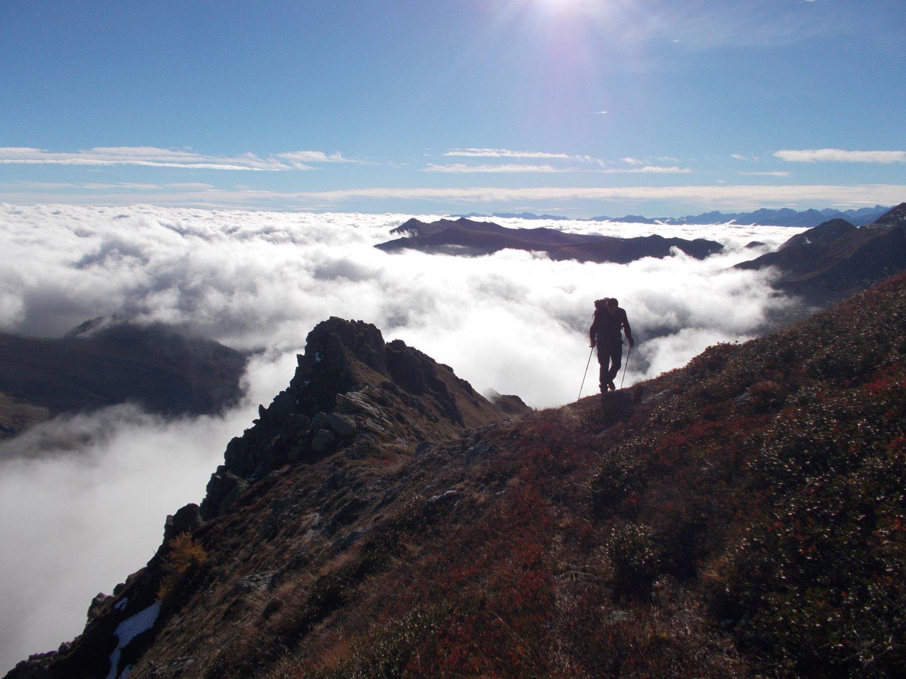 verso la Cima Reina..con dietro un mare di nuvole..