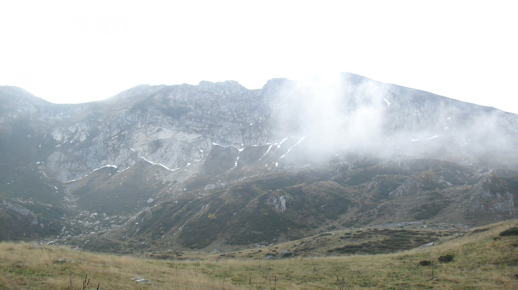 Cima Ciuaiera tra le nuvole dal vallone superiore.