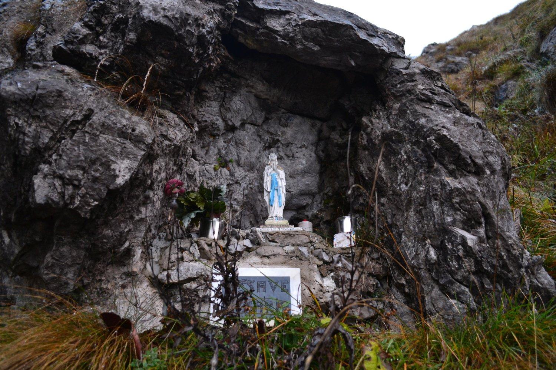 la piccola grotta con madonnina che s'incontra in salita