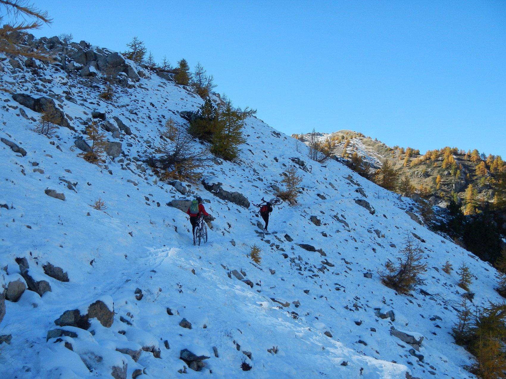 dopo il lago sul sentiero, tratto ben poco ciclabile, verso il Col de Moussière