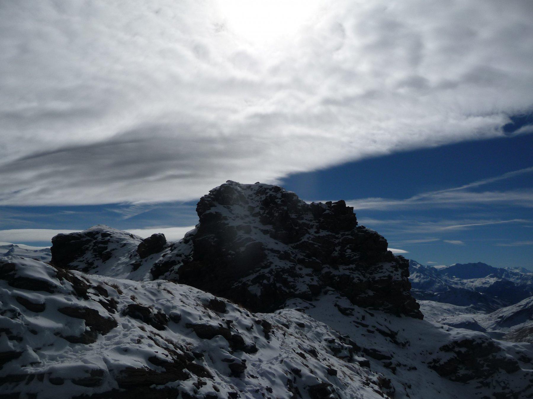 il castello roccioso che separa l'anticima dalla cima: il traverso appare a destra