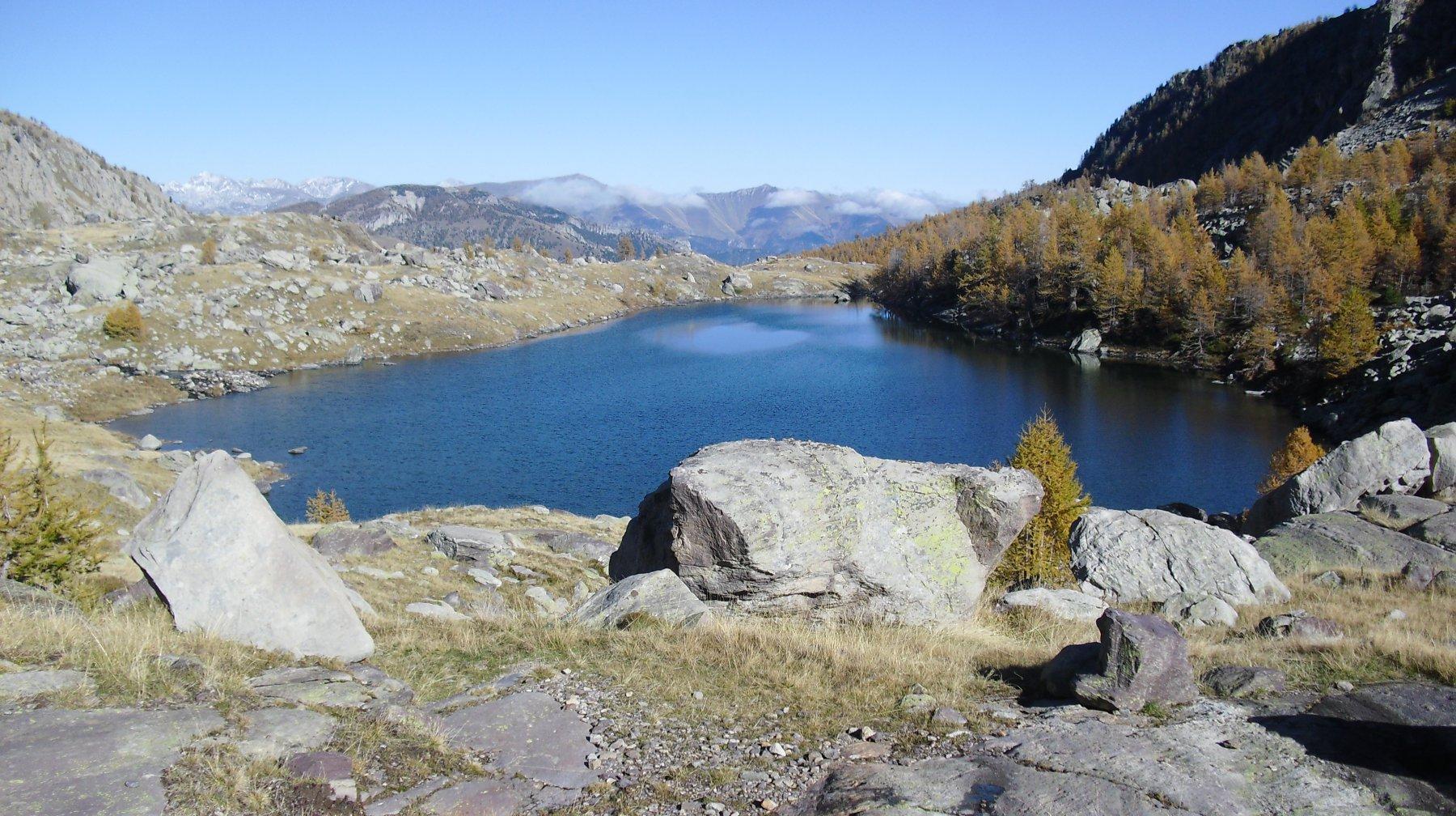 Il lago sotto al rifugio.