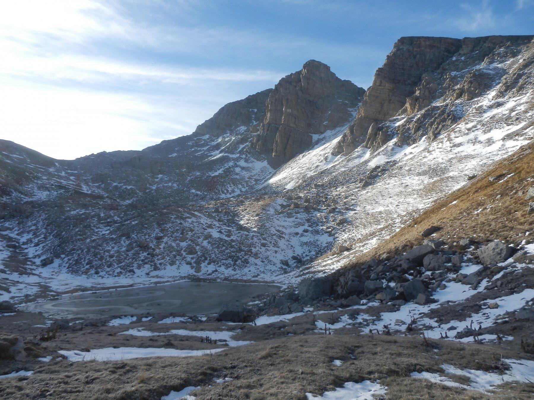 il laghetto ghiacciato alla base del Bric