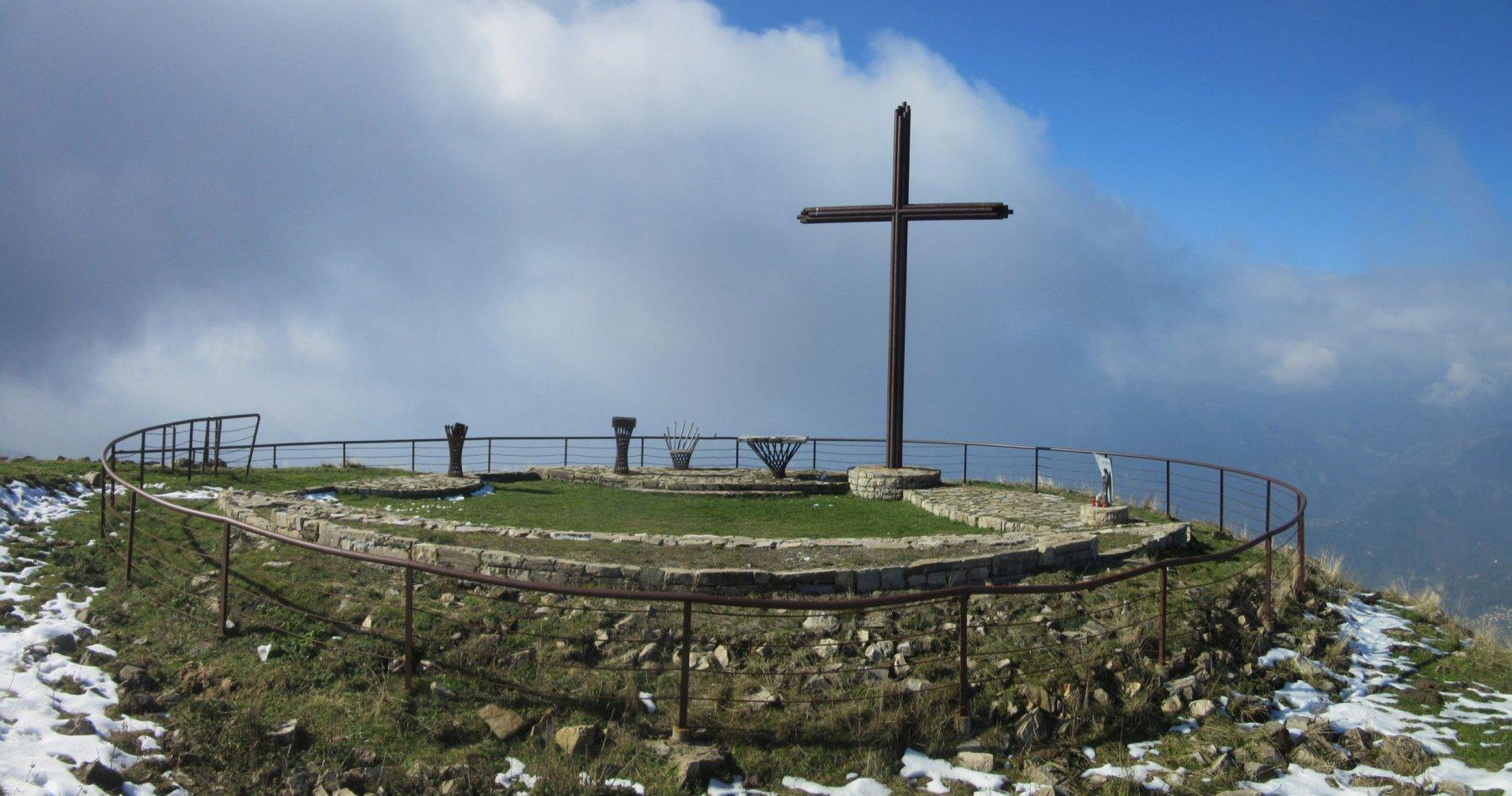 La strada chiesetta all'aperto sulla vetta del monte Galbiga