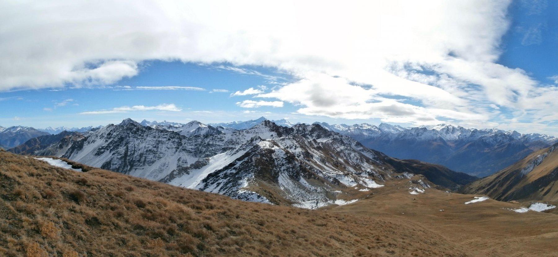scendendo verso  l'alpe Rantin...ampio panorama ..