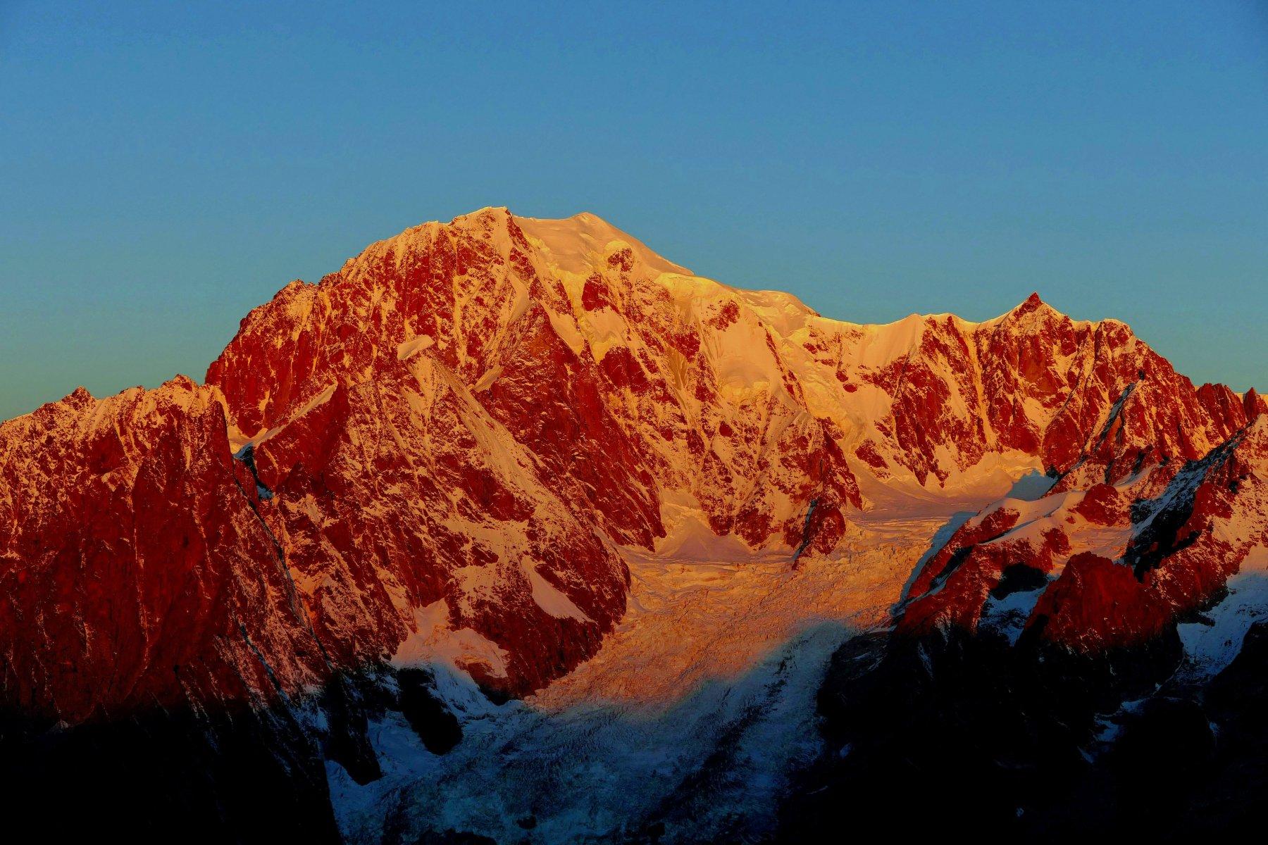 I primi raggi del sole incendiano il Monte Bianco (23-10-15)