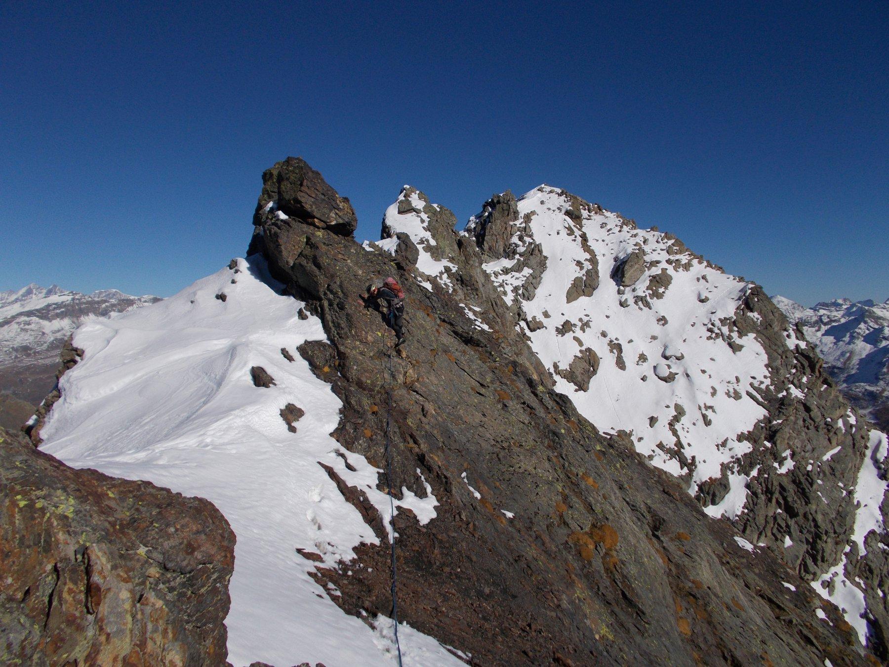 in discesa lungo il primo tratto della cresta ovest al Col de Fort