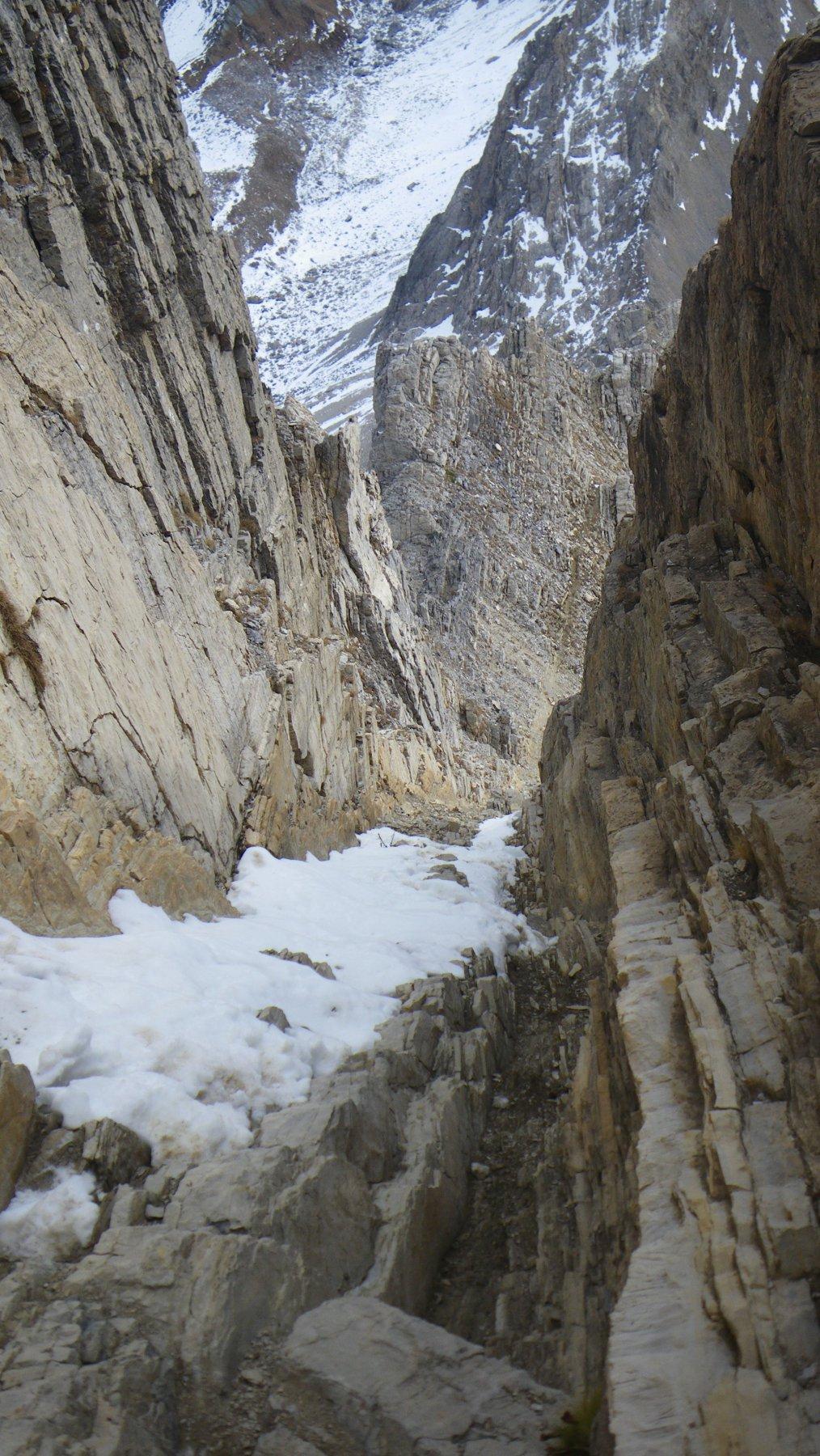 Innevamento canalino: si vedono i gradinamenti e possibilità negli ultime metri di uscire sulla roccia