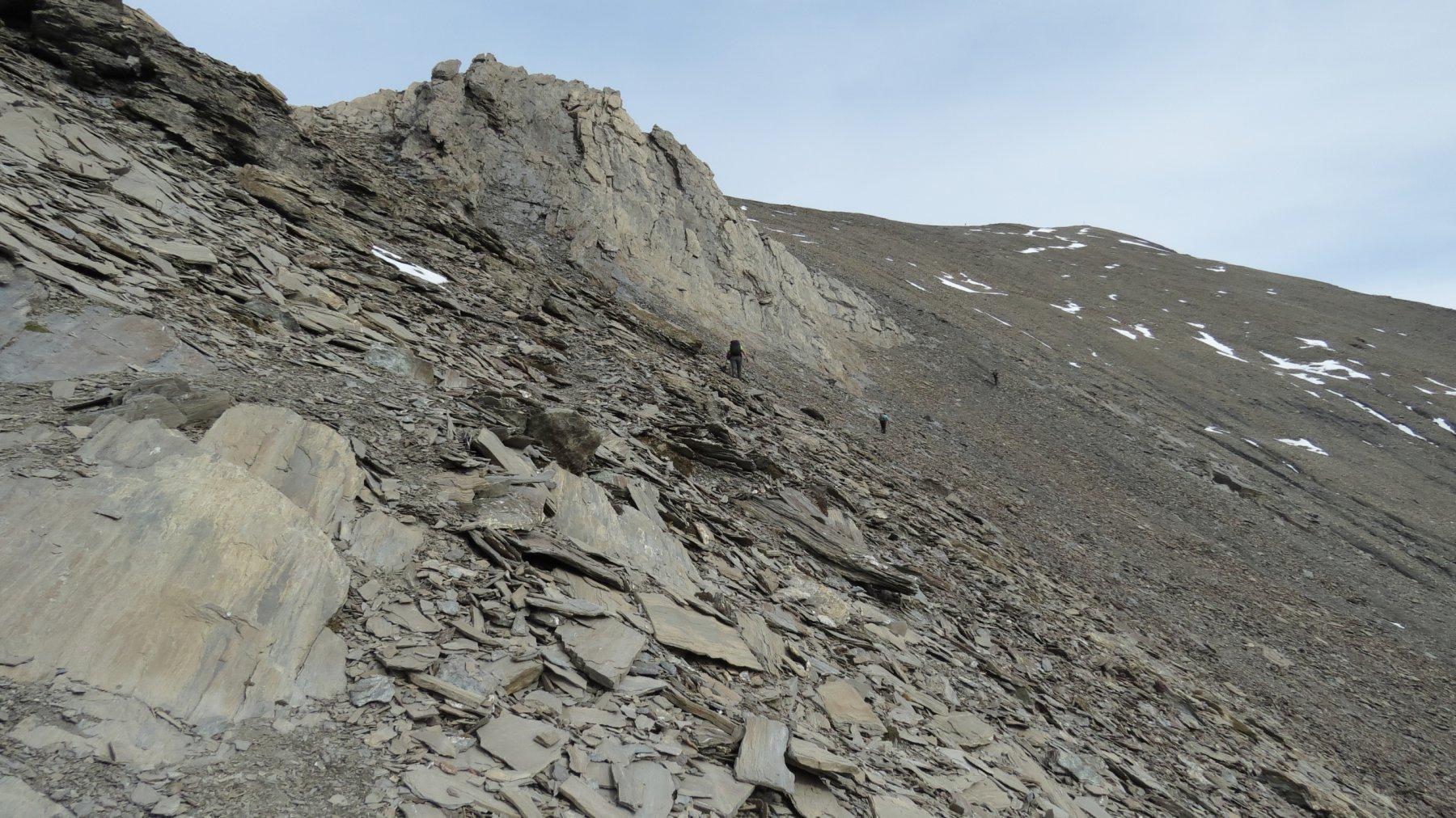 aggirando il risalto roccioso sotto la Cima NO della Punta Nera (24-10-2015)