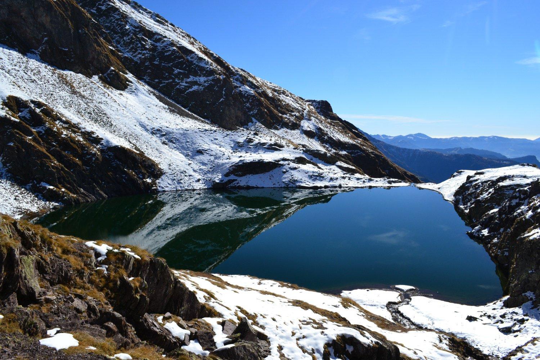 splendidi riflessi sul Lago di Varro