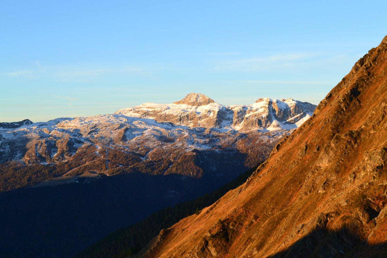 il Monte Ferrante illuminato dal primo sole