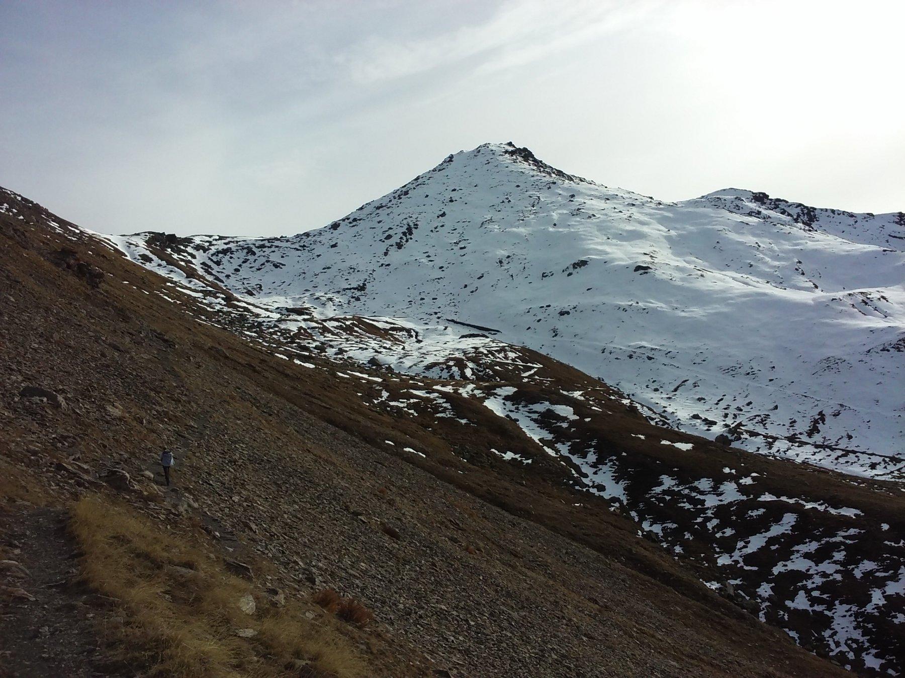 A sinistra il colle del Beth e in centro la cima, dalla mulattiera di salita.