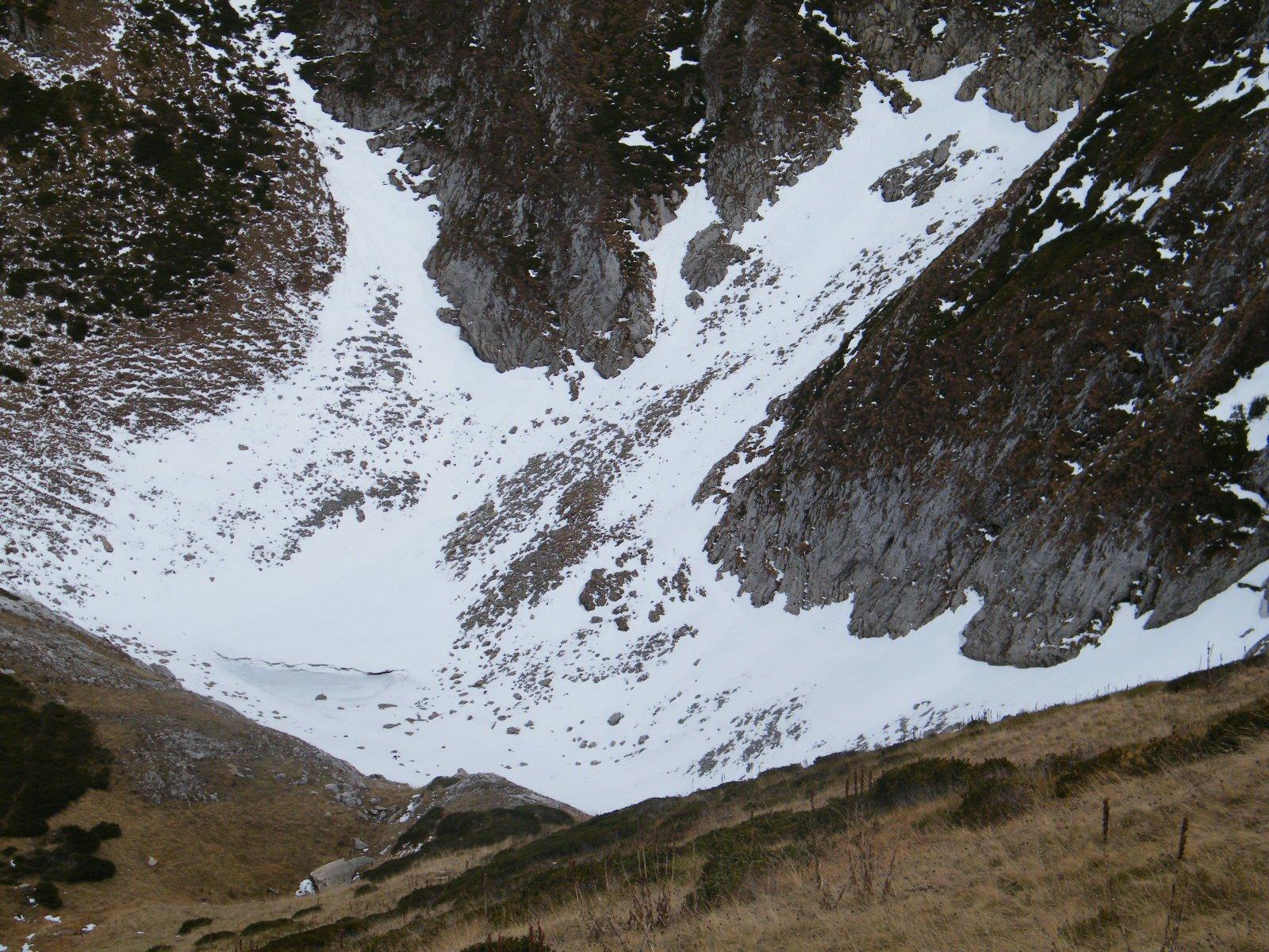 la conca,sotto la neve c'è ancora il firn,molto probabilmente della stagione 2013-14
