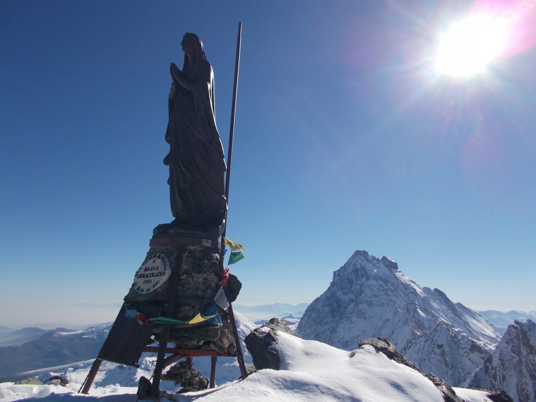 Il Granero con la sua bella statua della Madonna..e  sempre lui al fondo..