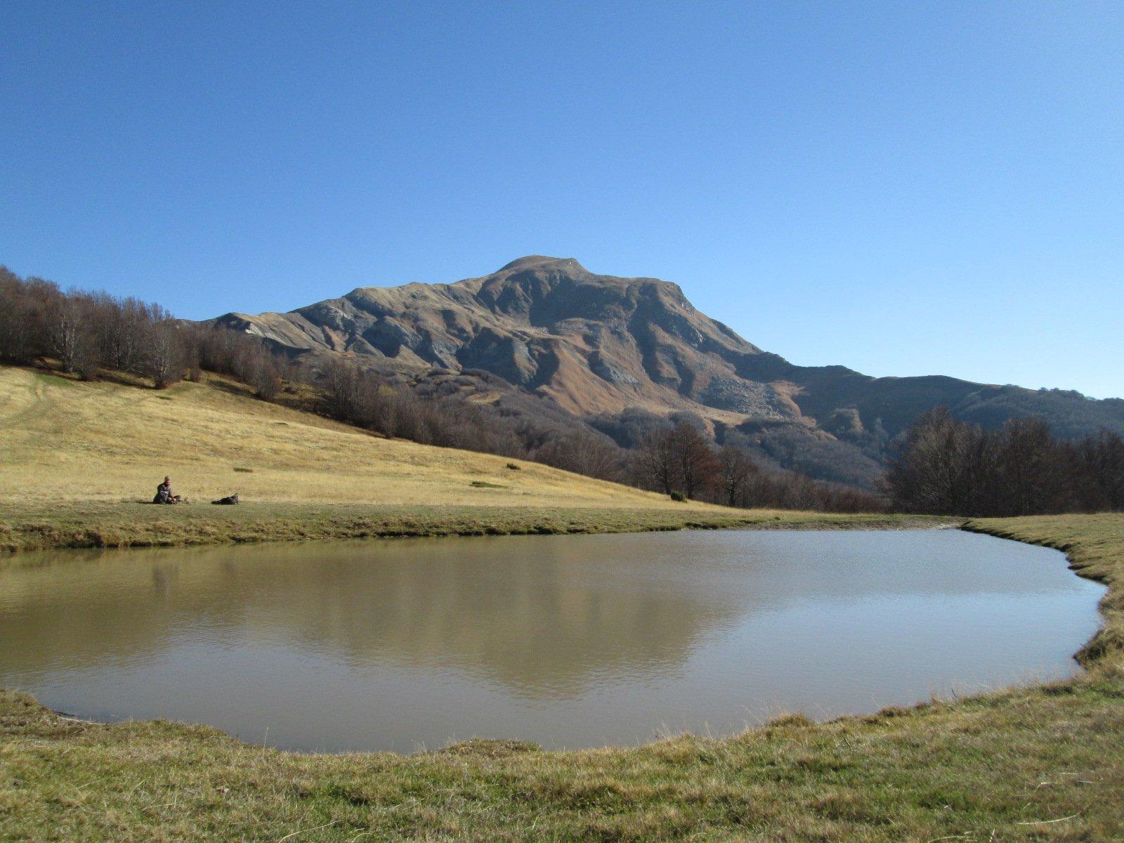 il Lago del Caricatore con il Cusna sullo sfondo