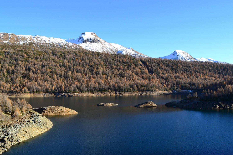 Lago di Devero con le punte imbiancate di Corbernas e Sangiatto