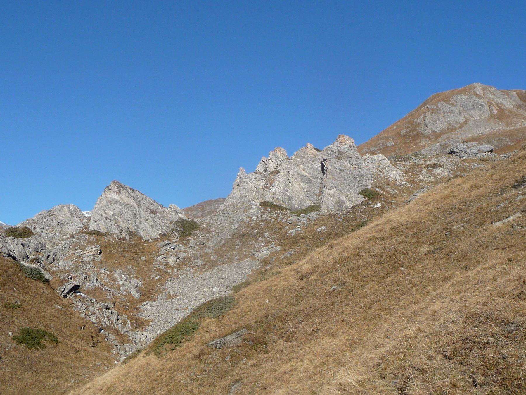 il castello roccioso coi tre spuntoni dopo l'alpe Bioletta