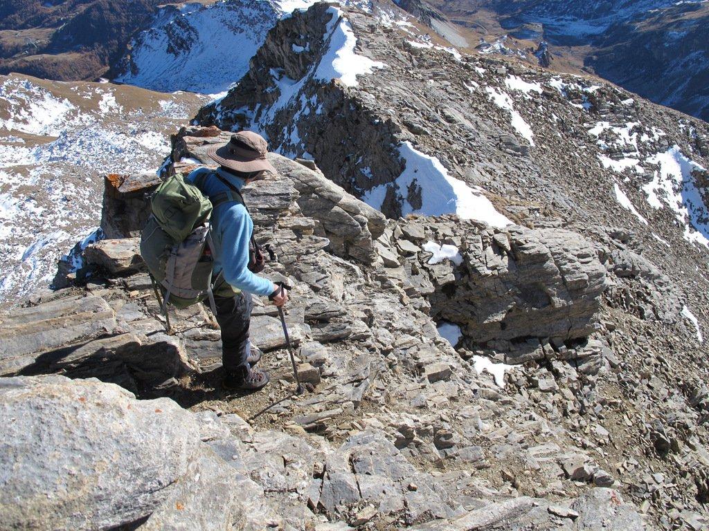 Scendendo, tratto con rocce gradinate, spuntone aggirato e restante parte di cresta.