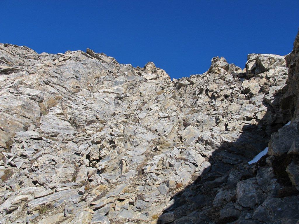 Aggirato uno spuntone, si risalgono le rocce gradinate