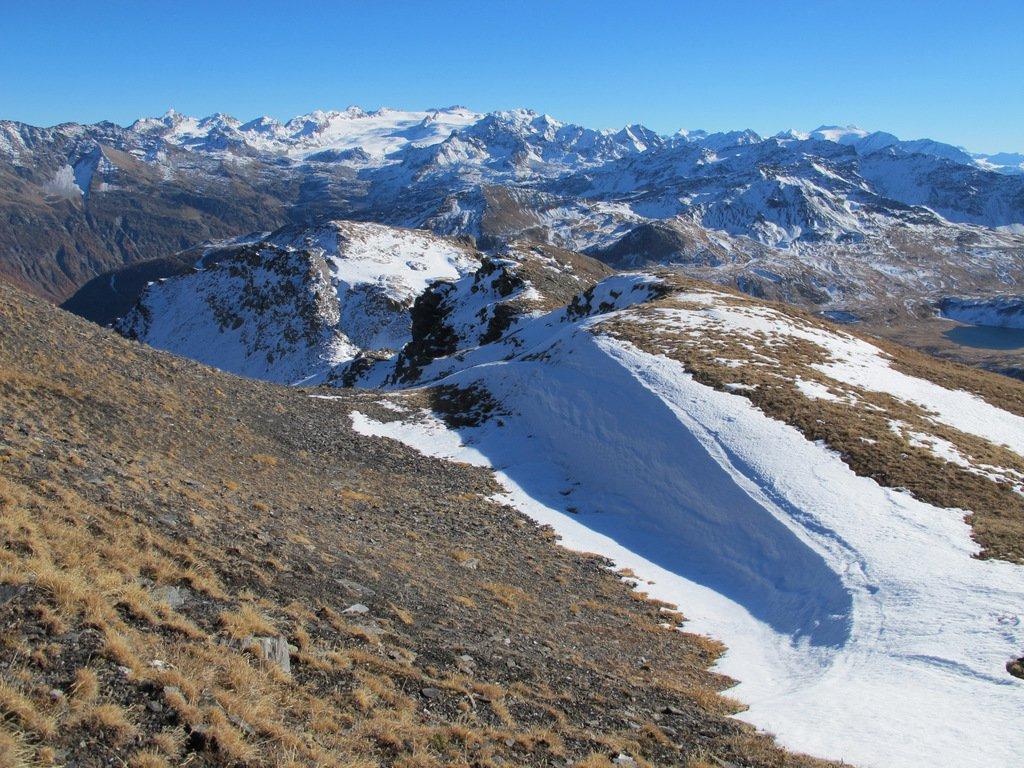 Al termine della dorsale visibile, il Monte Laityre con il Rutor sullo sfondo
