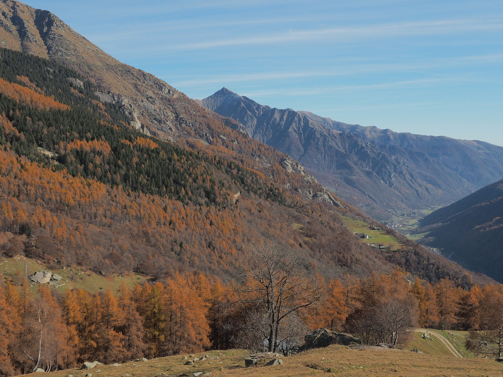 Uno sguardo verso la valle principale, con i boschi dai colori autunnali.