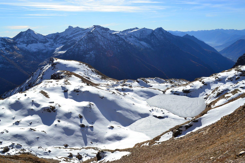 risalendo il pendio con i sottostanti laghi ghiacciati
