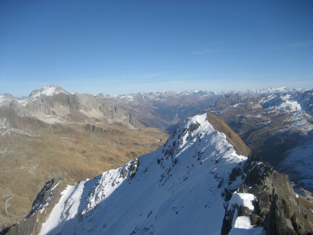 dalla cima, vista a est sulla val Bedretto