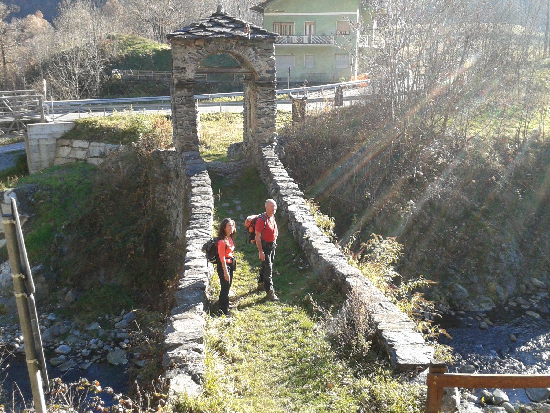 arrivo al ponte di pietra di Forno di Lemie
