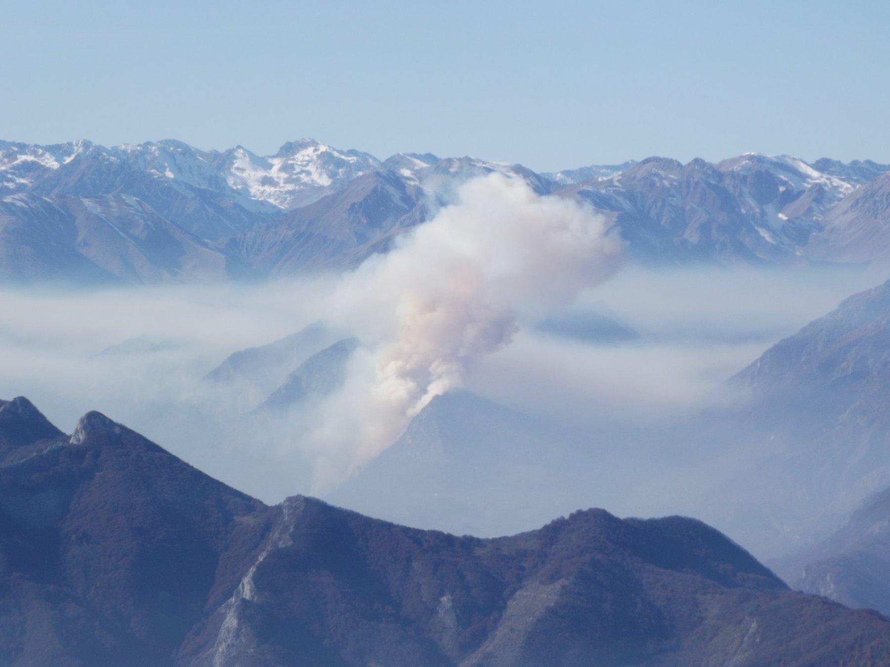 Incendio sui monti a Demonte, in Valle Stura