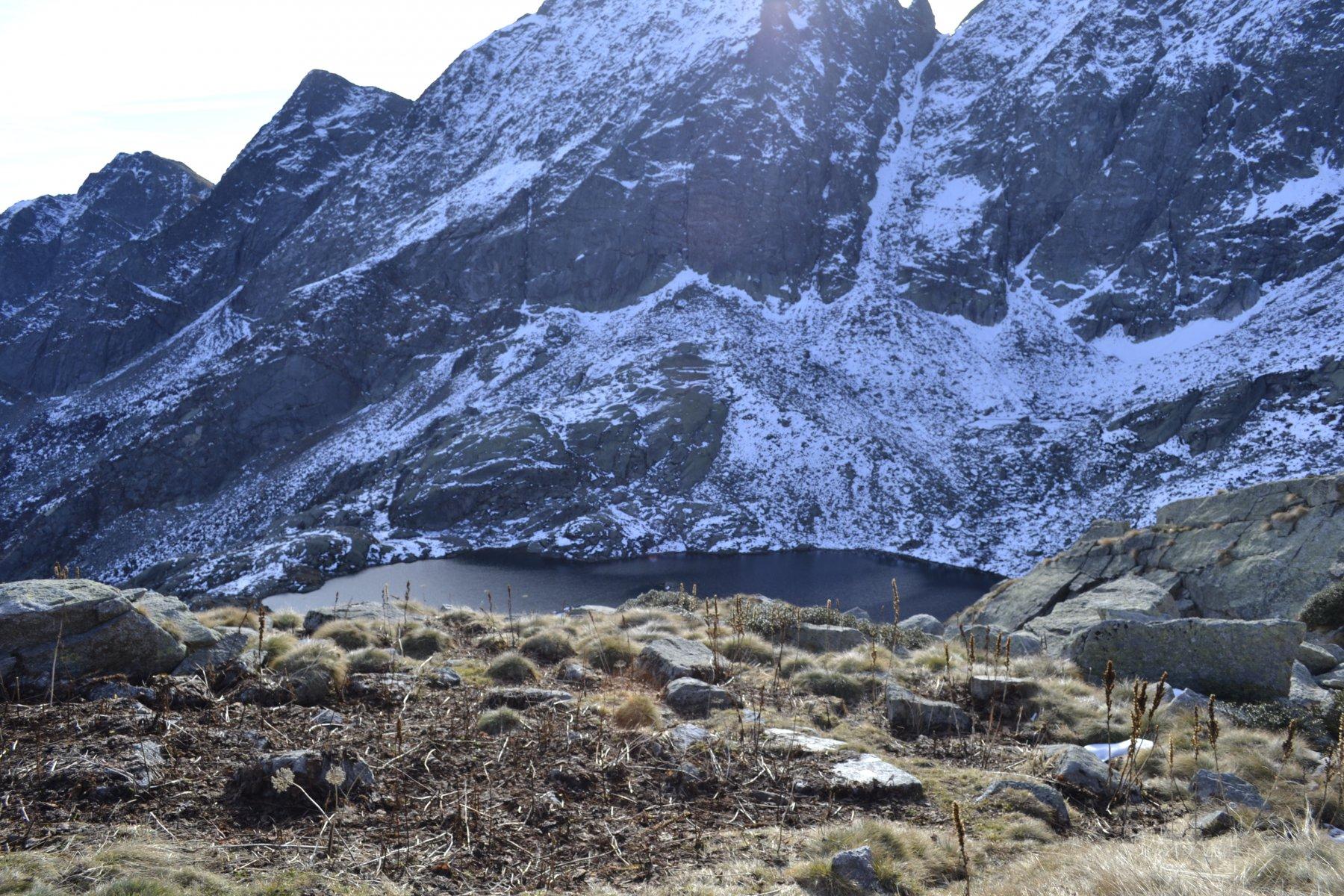 Lago Lazin sullo sfondo