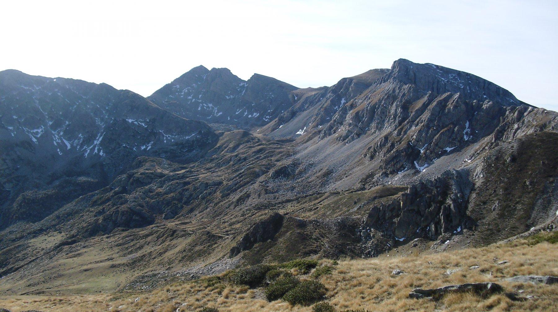 In centro il Conoia con il vallone di salita.