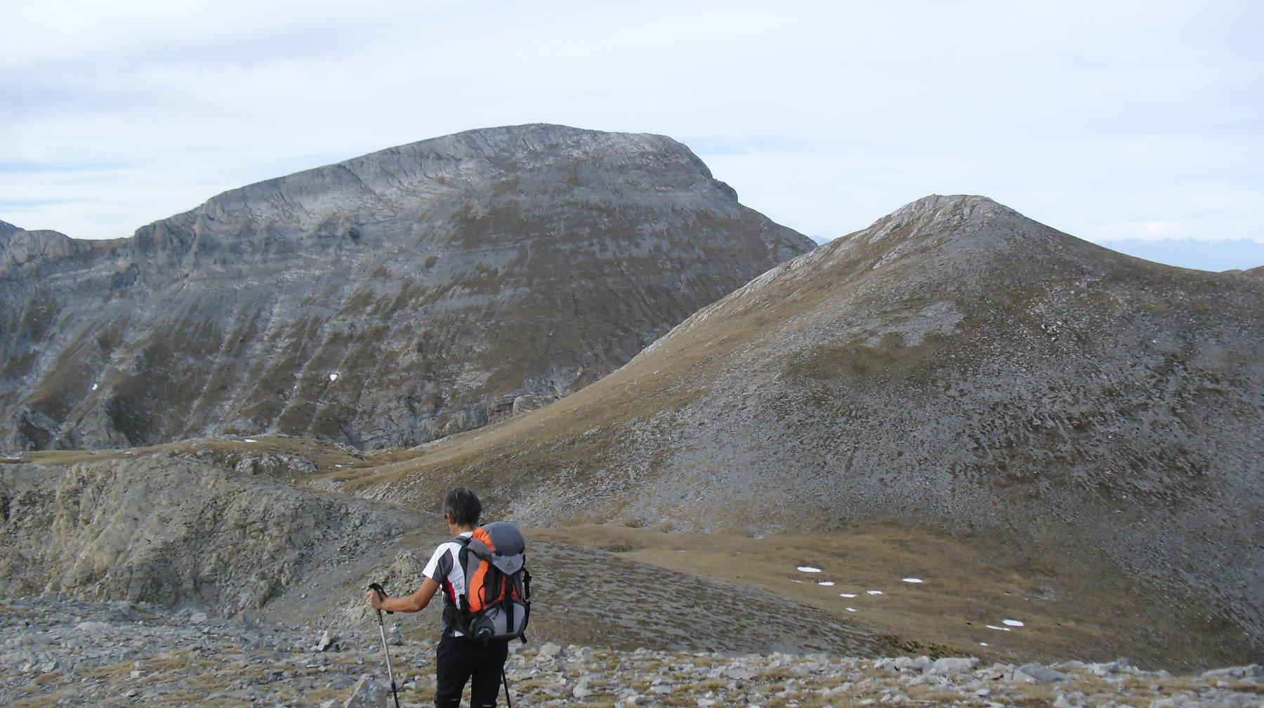 Sella del Profondo con davanti il Mongioie e a desta il Monte Rotondo.