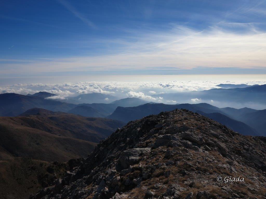 Dal mare di nuvole emerge la Corsica
