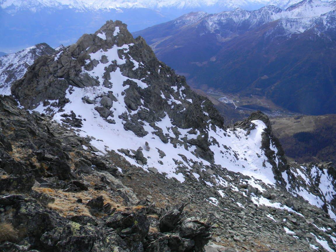 dalla cresta, tra le neve, ometto della normale escursionistica.