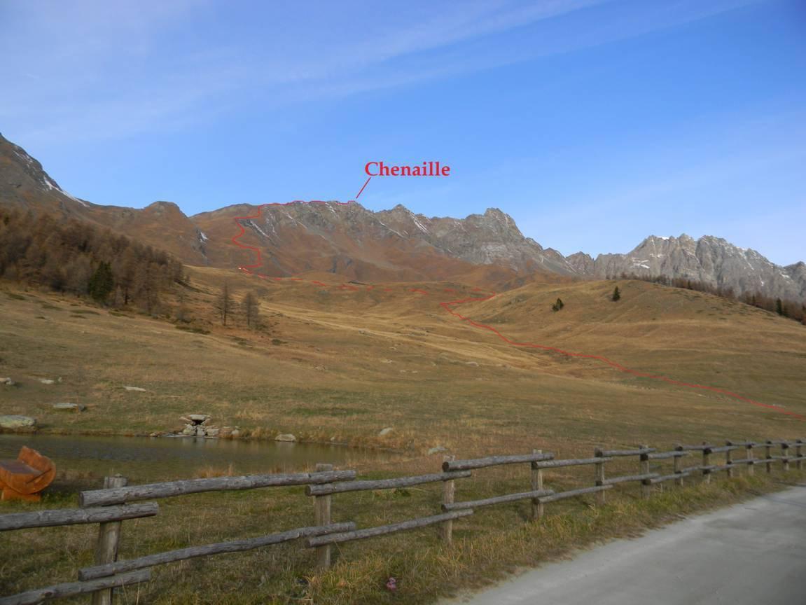 dal parcheggio l'itinere DI CRESTA, quello escursionistico è parallelo a sx.