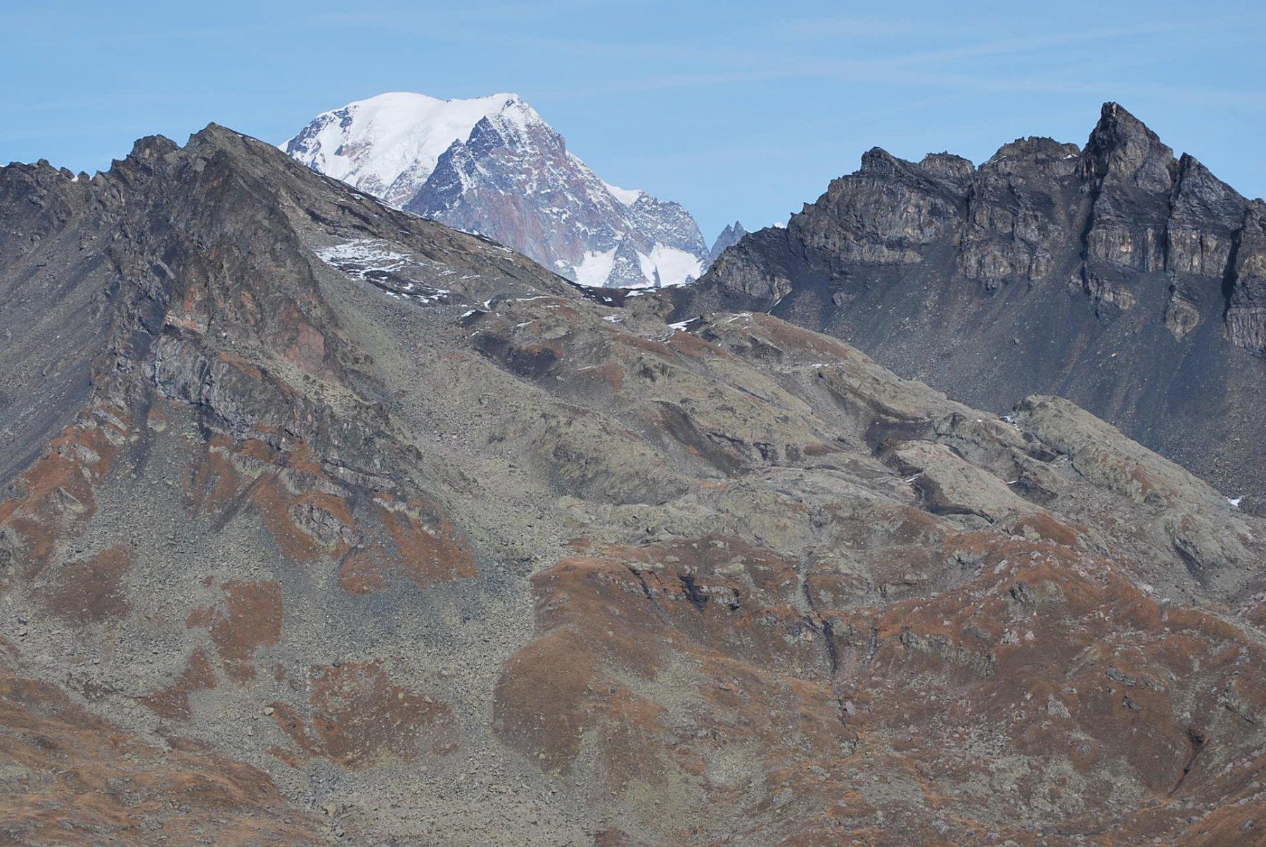 Dalla cresta sotto l'Aig. Clapet: Aig. Hermite, Col Arguerey e Monte Bianco