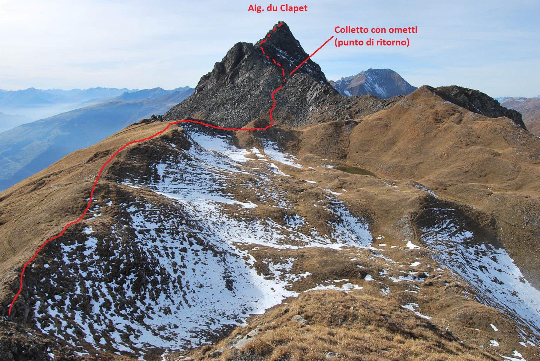 L'Aiguille du Clapet vista dal promontorio sopra il Col de Forclaz. In rosso la via di salita, il tratto non percorso è tratteggiato