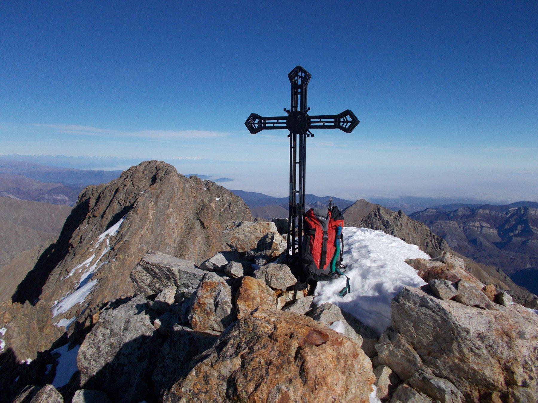 la croce di vetta..con dietro la cima nord..