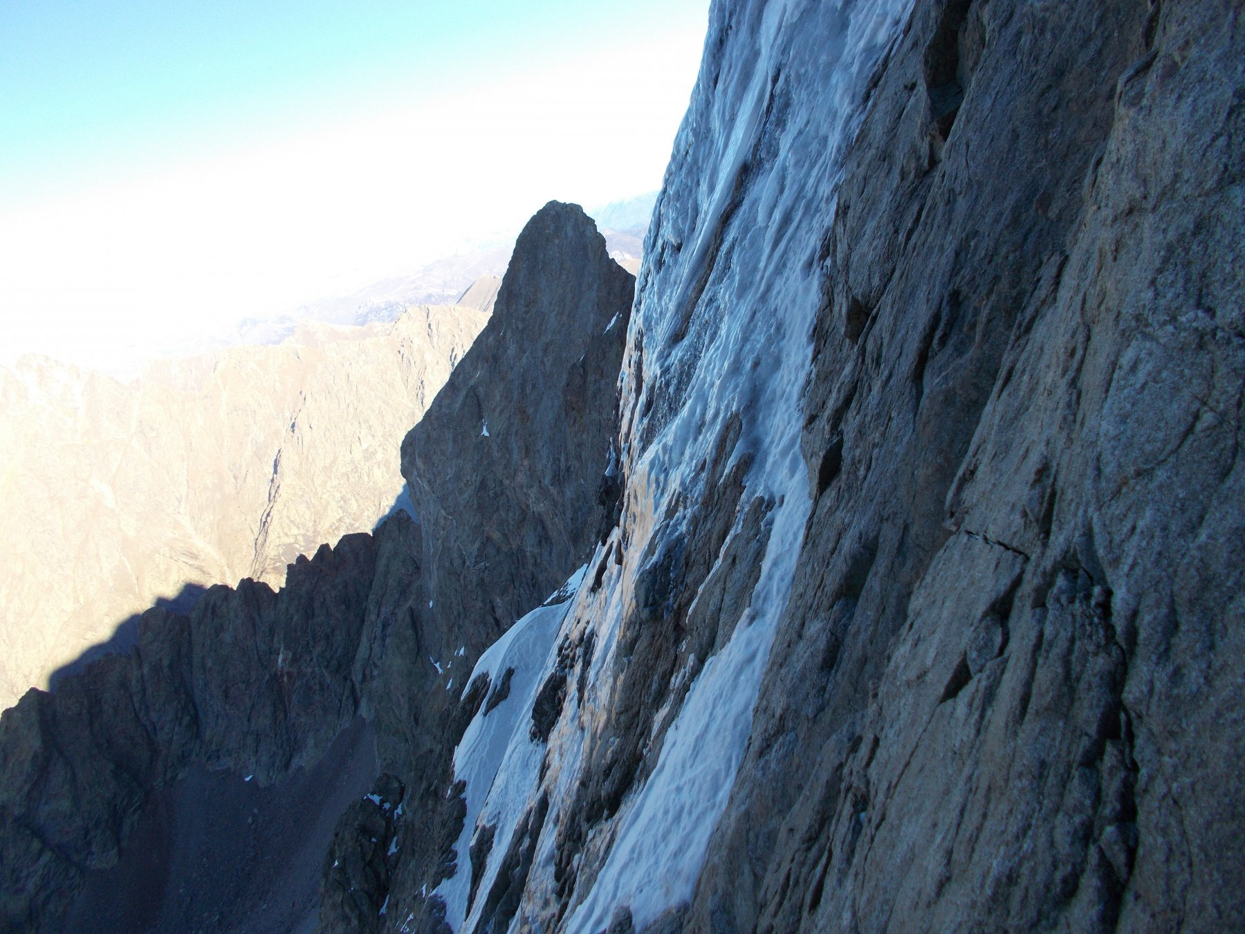 il Corno Stella fa capolino da dietro la parete foderata di ghiaccio..