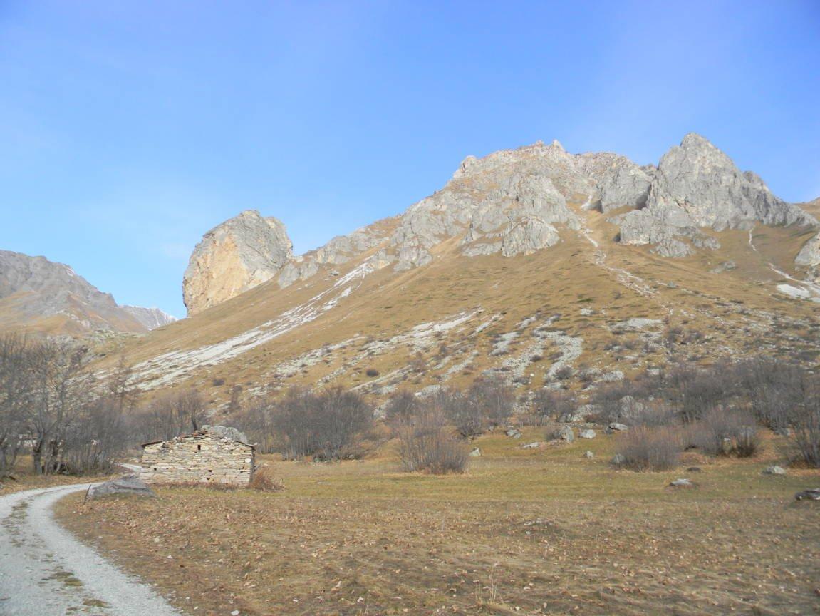 dalla partenza, a sx, la Rocca Senghi con la sua ferrata
