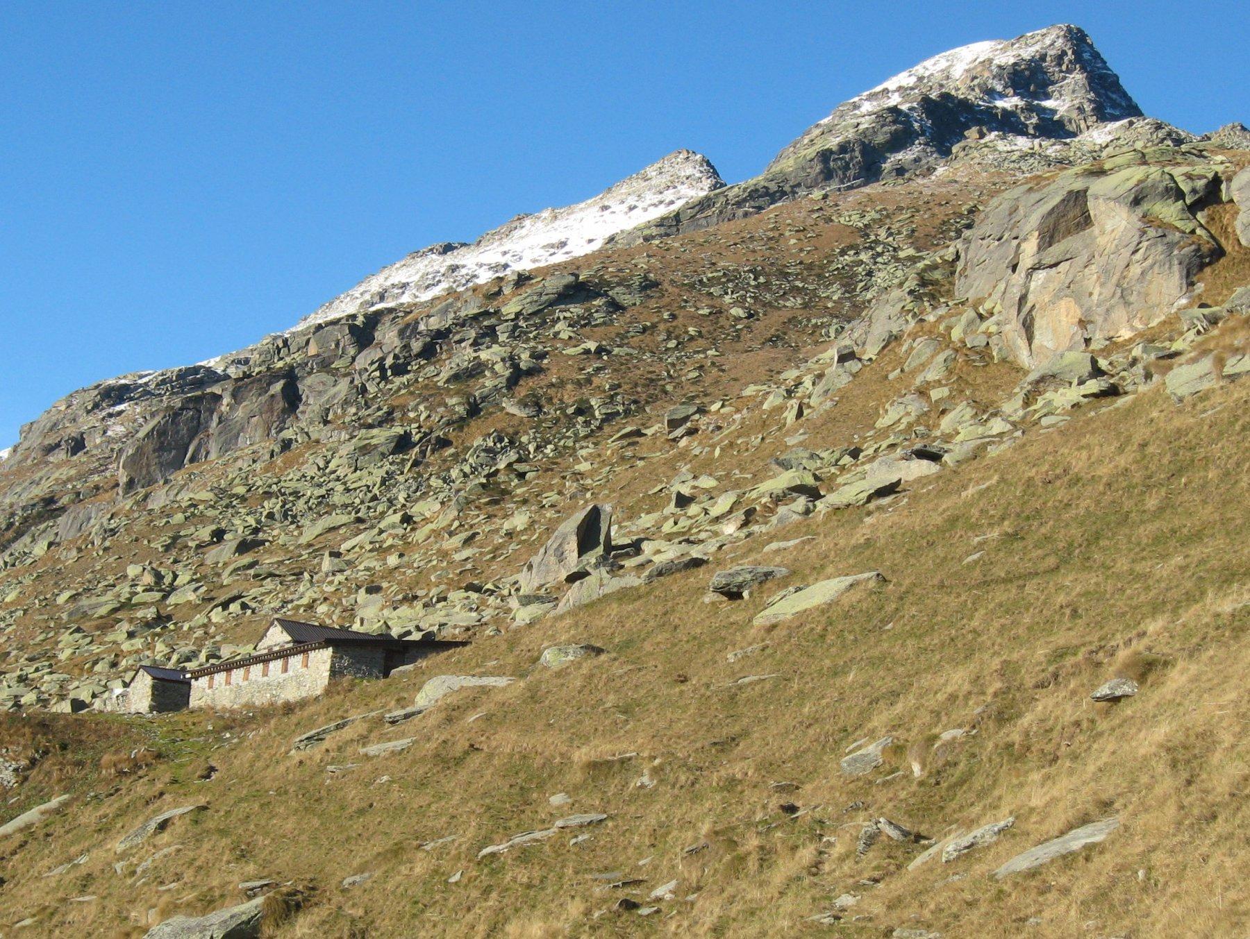 In vista dell'Alpe Balma, la punta più lontana è il monte Tovo