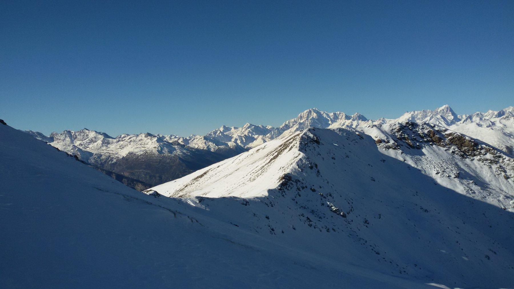 Magnifico panorama verso la Punta de la Pierre. Sullo sfondo il Bianco