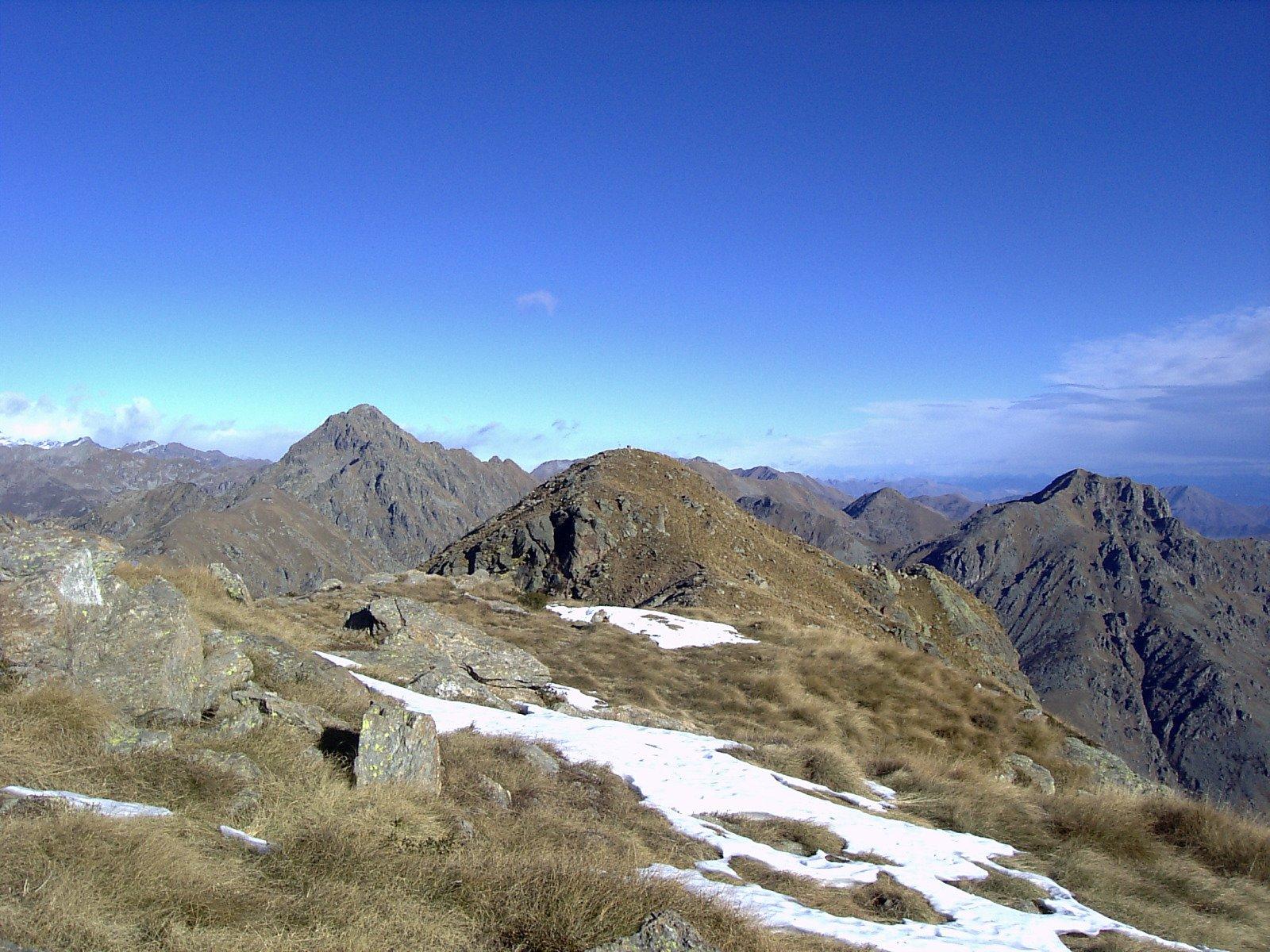 La cima Tre Vescovi dai pressi della cima del Mombarone (foto A. Valfrè).