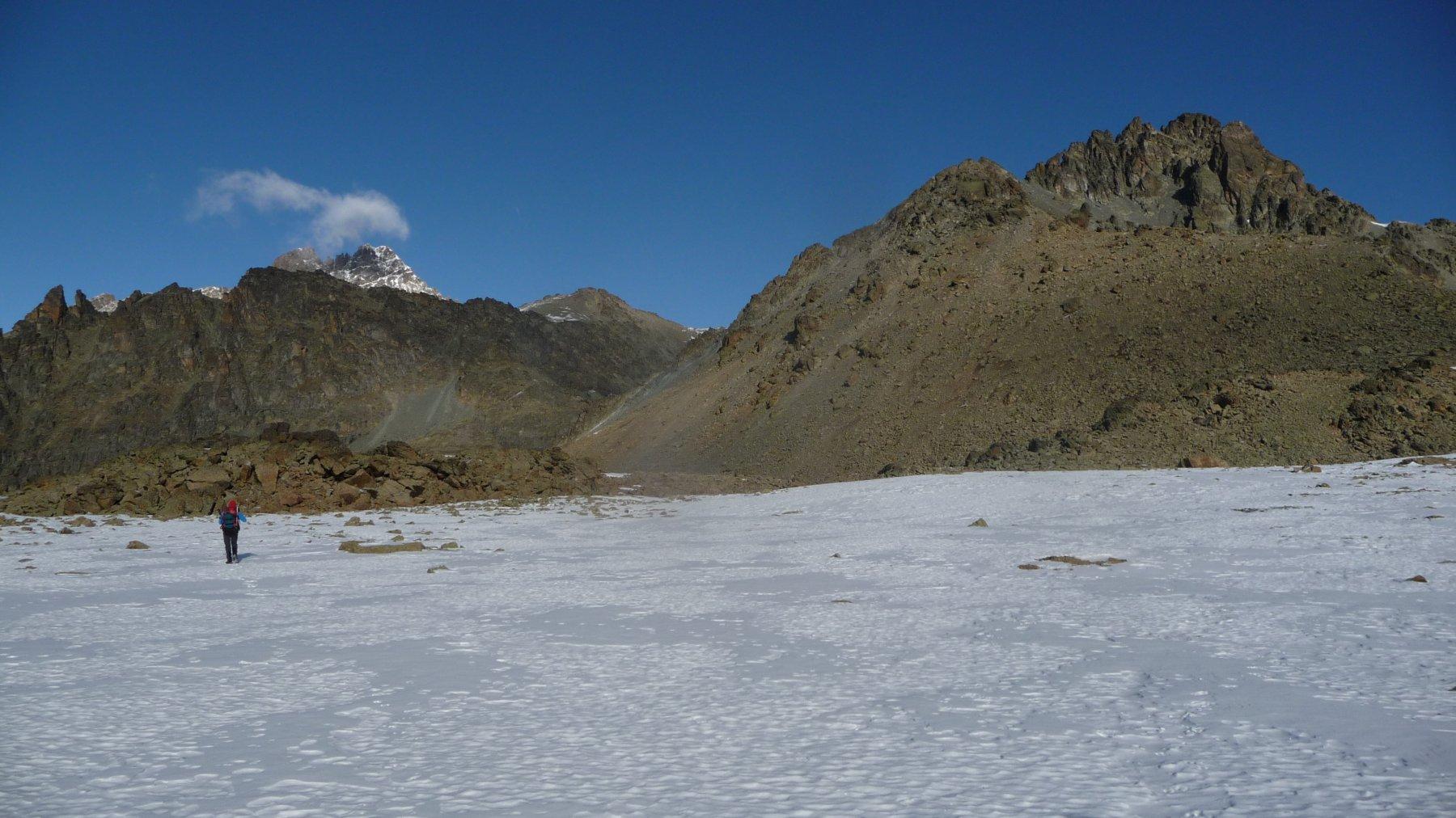 nel valloncello innevato tra le due cime: in secono piano a sinistra il Viso a destra le Lobbie