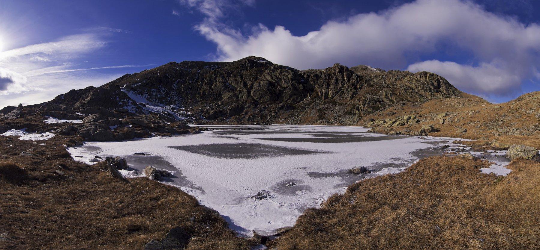Il lago di Viana gelato. Sullo sfondo a sinistra il Ciarm del Prete