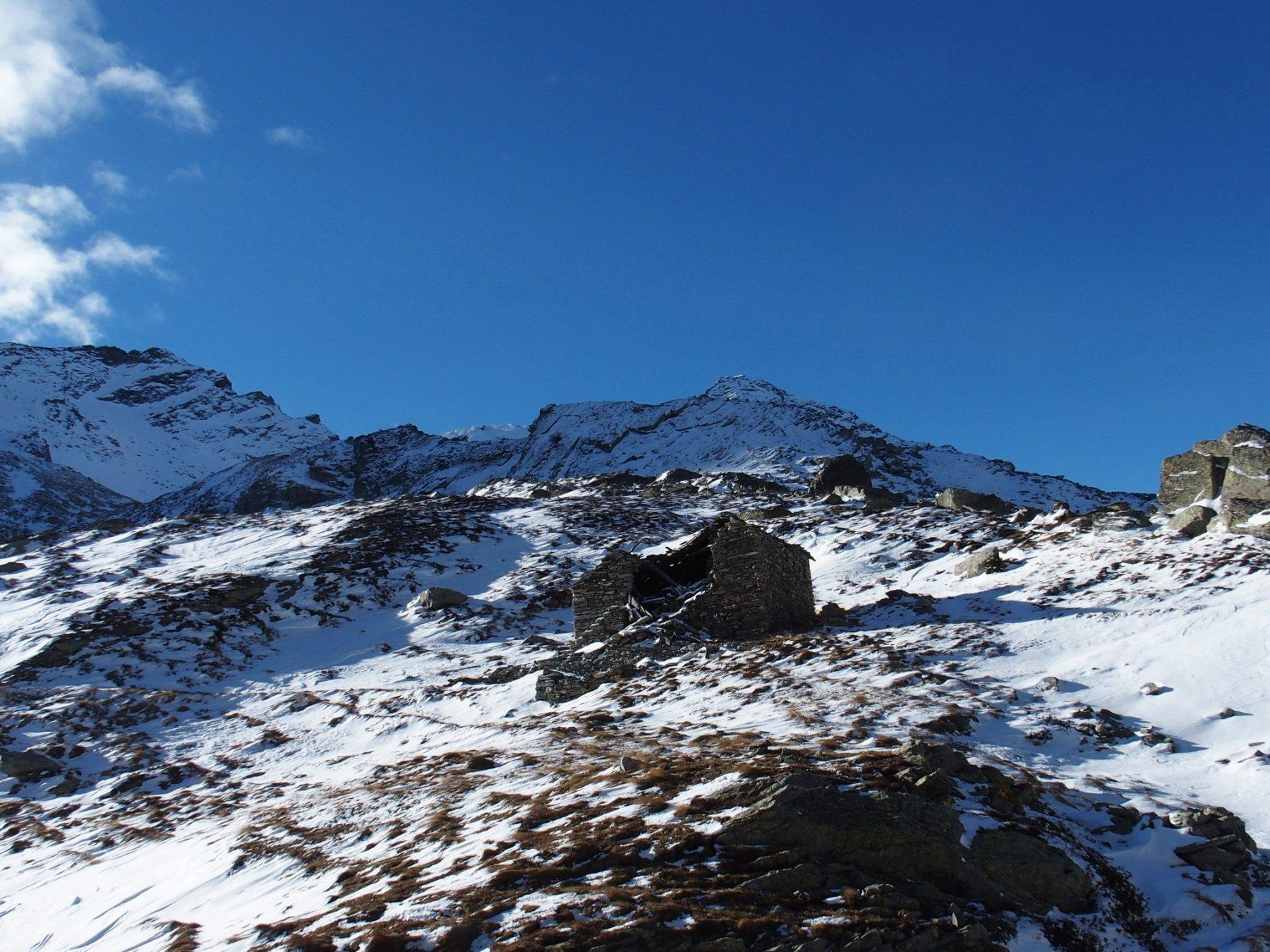 L'alpeggio diroccato al Col di Frudiere, sullo sfondo il versante settentrionale del Mont Nery
