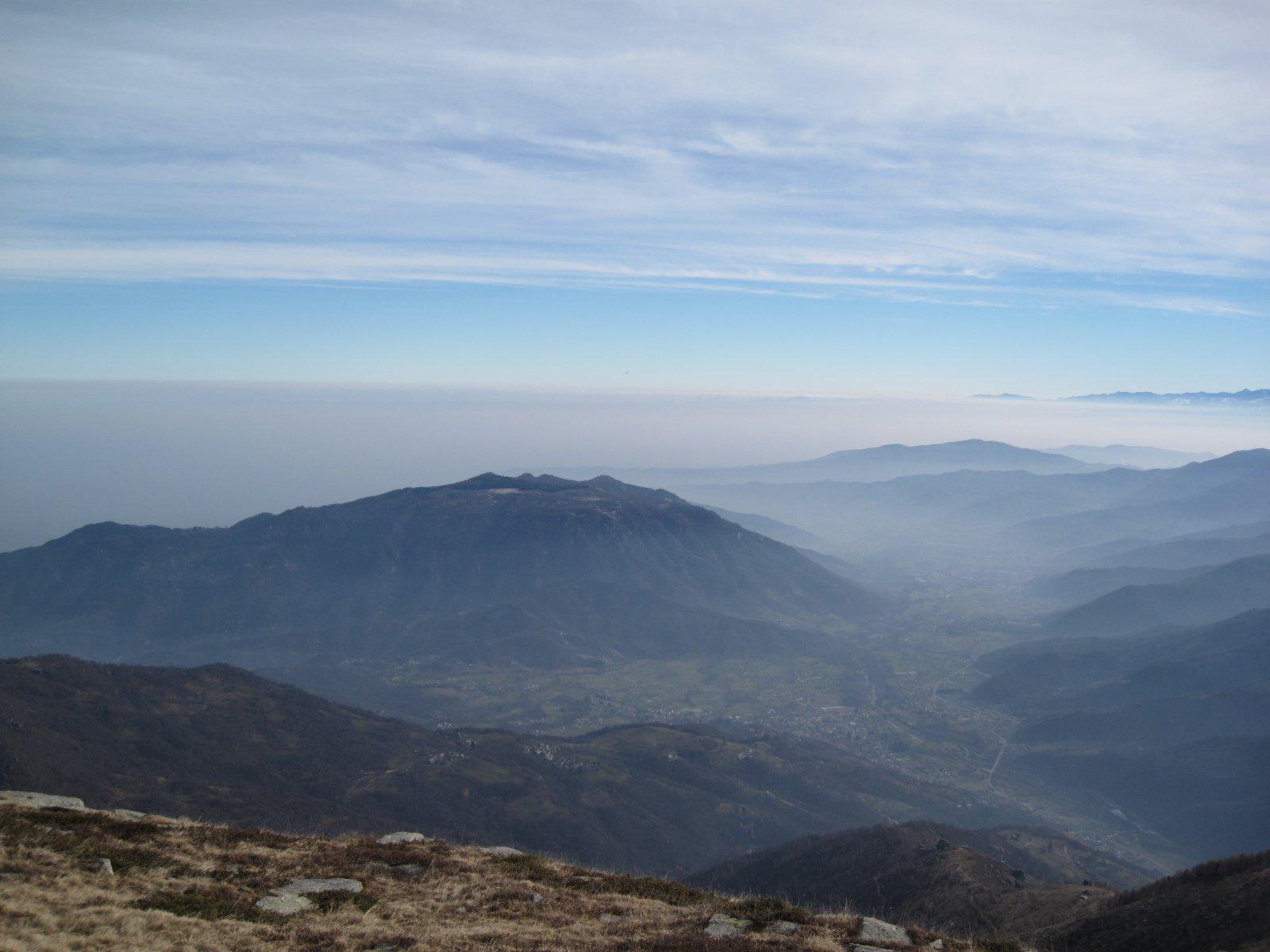 Monte Bracco e pianura nella nebbia