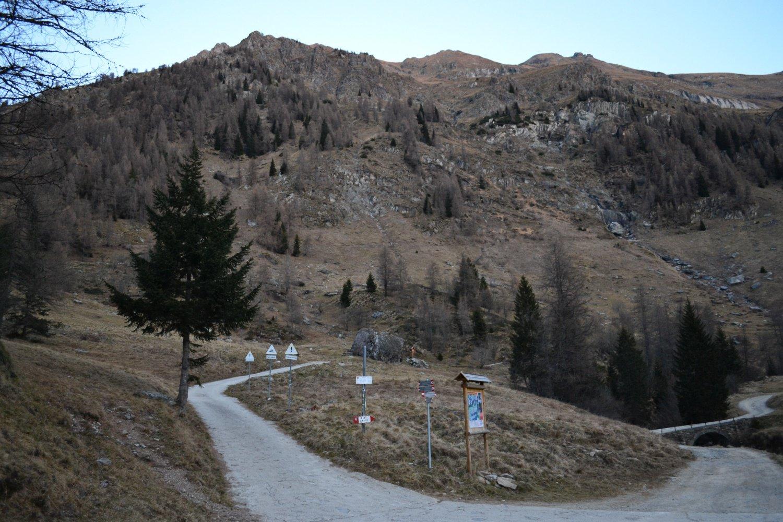 bivio in corrispondenza della località Lago del Prato